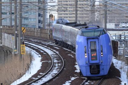 札幌の副都心「新札幌」を発車して釧路へ向かう「スーパーおおぞら」