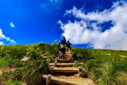 山道を登る男性と女性