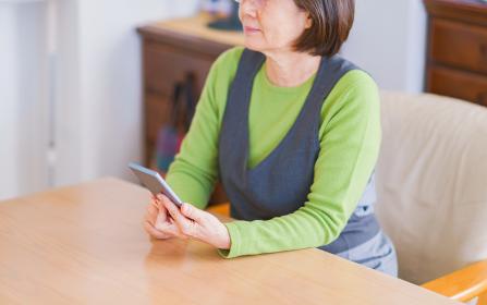 ボケ防止(認知症対策)にスマホを使いこなす シニア 老人 女性 日本人【アクティブシニア】