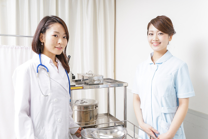 病院に勤務する医師と看護師