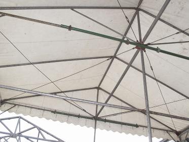 白いテントと骨組み