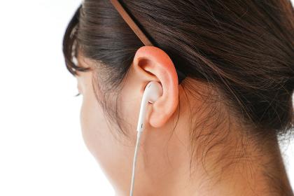 イアフォンで音楽を聞く若い女性