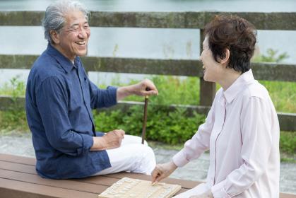 将棋をする老夫婦