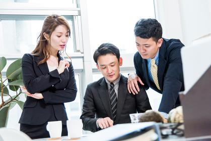 3人のビジネスマン・ビジネスウーマン(ビジネス状況)