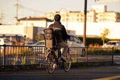 自転車でお出迎えする父親