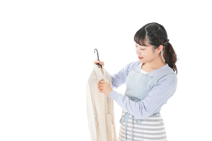 服を洗濯する若い主婦