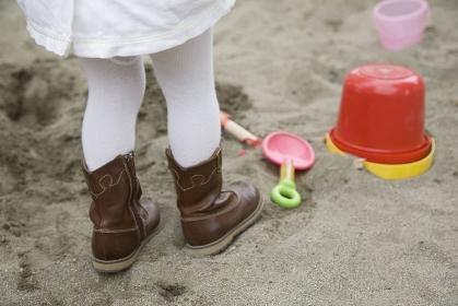 砂場で遊ぶ女の子