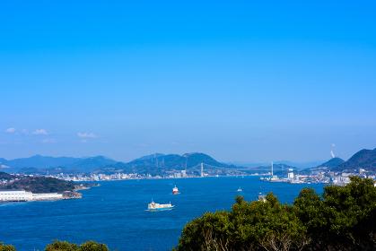 早春の青空の関門海峡の眺め