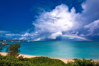 鹿児島県・与論島 夏の海に掛かる虹の風景