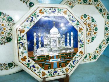 インド・アーグラにてタージマハルが描かれた豪華な皿