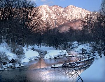 日光湯川の冬景色 朝日に照らされた前白根山