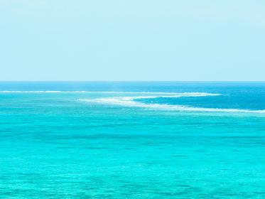 石垣島のエメラルドグリーンの海とリーフ