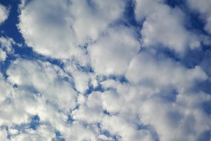 半逆光のふわふわした隙間雲