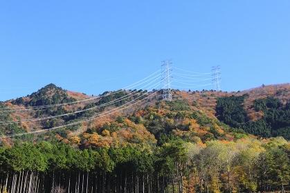 山と送電線と青空