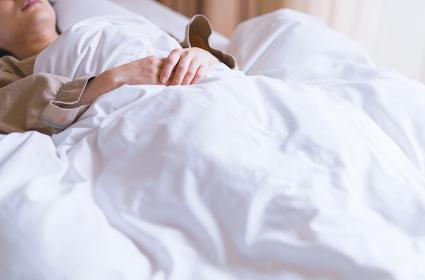睡眠 布団 女性 日本人