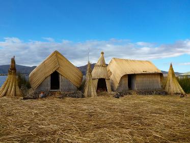 ペルー・チチカカ湖の浮島ウロス島にて葦トトラでできた住居