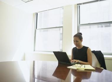 パソコンに向かう女性会社員