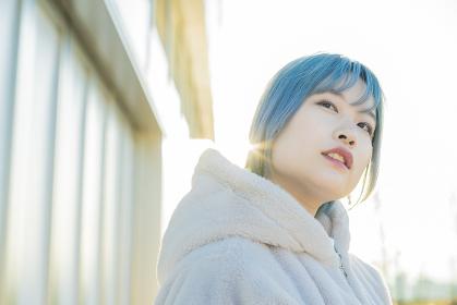ブルーヘアの若い女性
