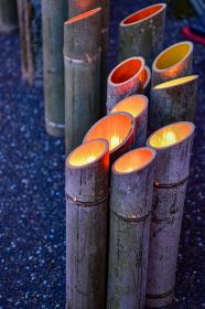 竹灯籠と和傘のライトアップされた美しいお祭り山鹿灯籠浪漫