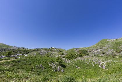 北九州国定公園平尾台 茶ヶ床付近より中峠・権現山・岩山方面を望む