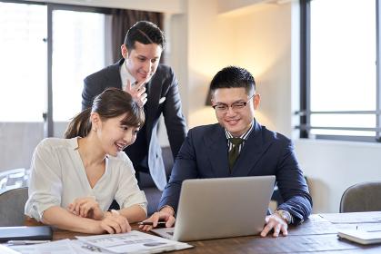 パソコンでWeb会議をするアジア人とラテン人のビジネスパーソン