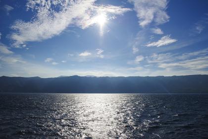 遠くに島影が見える船旅イメージ