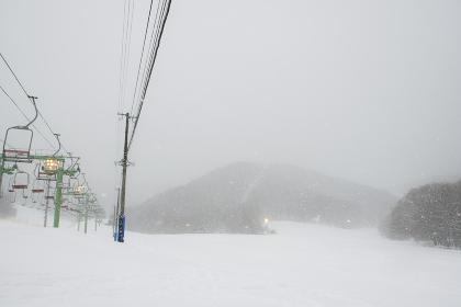 雪降るスキー場の光景