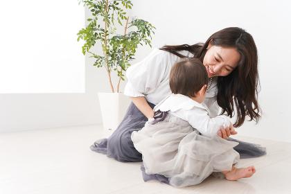 お母さんと家で遊ぶ赤ちゃん