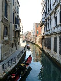 イタリア・ヴェネツィアにて細い水路と2人乗り用ゴンドラ