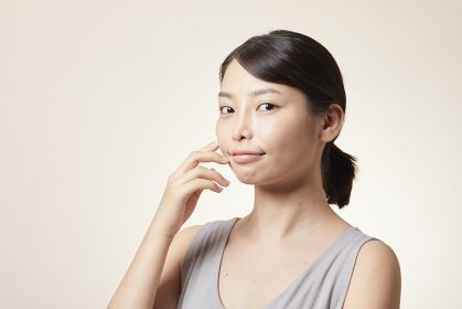 素肌が綺麗な若い日本人女性
