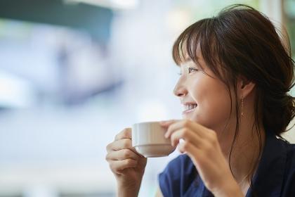 カフェでお茶をする日本人女性