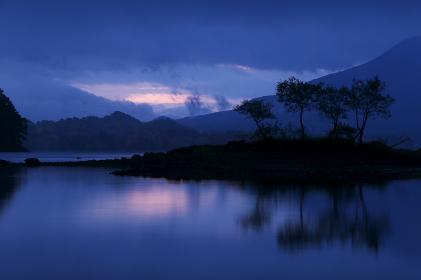 日の出前の桧原湖