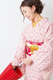 着物を着た女性 和傘