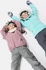 寝転ぶスキーウェアの女性