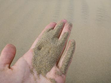 ペルー・ワカチナの砂漠でサラサラの砂粒をすくった手元のクローズアップ