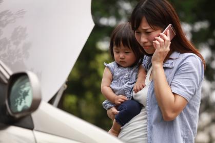 車が故障した母親と女の子