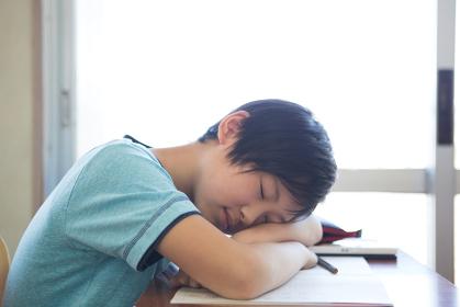 居眠りする男の子