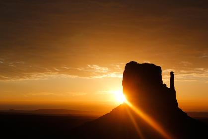 アメリカ・ユタ州アリゾナ州のモニュメントバレーにて朝日とミトンビュート