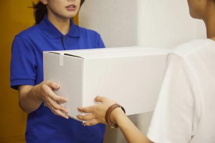 宅配を行う若い日本人女性