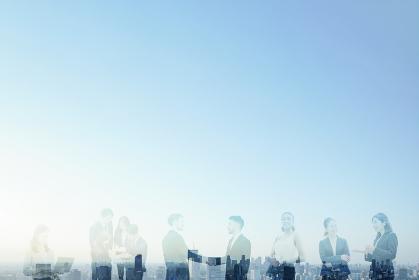 さまざまなビジネスマンと都市の合成写真