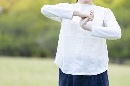 運動前の準備運動をする若い女性
