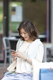 スマートフォンを持つ女性