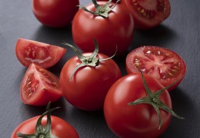 黒い石の背景の上に置かれたトマト