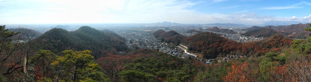 栃木百名山・天狗山(足利市)の冨士見岩からの展望 (晩秋/紅葉)(パノラマ)
