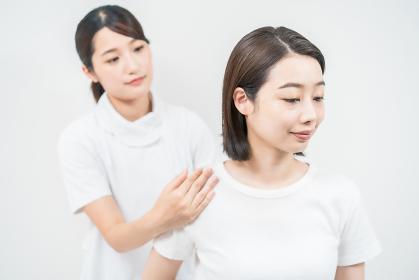 エステサロンでマッサージを受ける若い女性