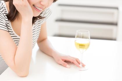 ワインと女性 手元