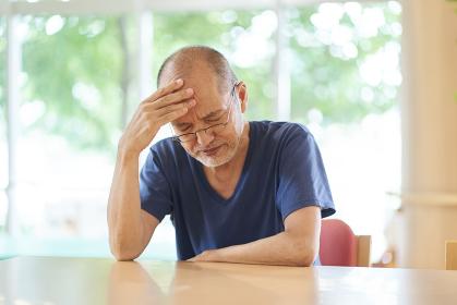 頭が痛い高齢者