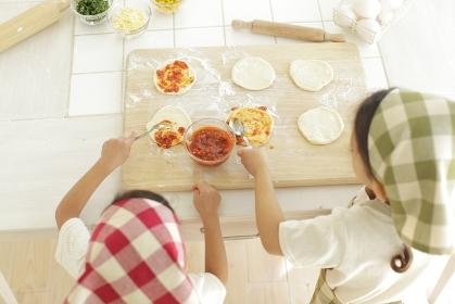 ピザを作る小さな女の子たち