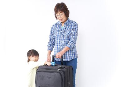 おばあちゃんと旅行をする子供