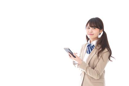 スマホアプリを使う制服姿の学生